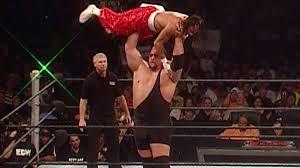 Le lancer de Sabu, sport national de l'ECW.